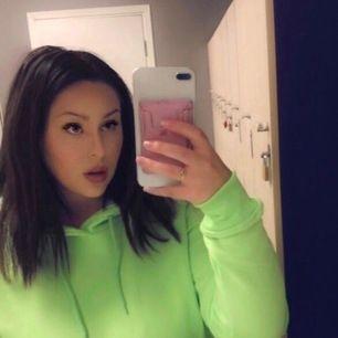 Super snygg neon hoodie! Mycket härlig och skön material. Hoodie är tyvärr inte min grej längre, därför säljer jag denna. Köpt från madlady. Passar väldigt bra i storleken! 😊