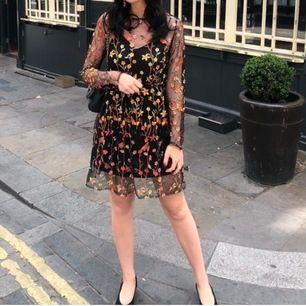 Supersnygg klänning liknande Dolce & Gabannas kollektion. Blombrodyr och en svart underklänning. Perfekt till midsommar! Köpt på en boutique i Milano💛 Passar XS trots att det står S