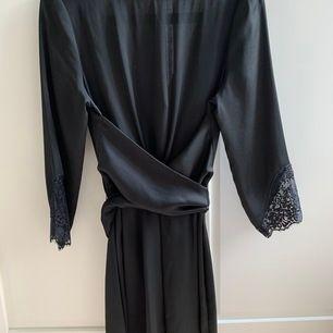 Supersnygg festklänning från Zara basic i satin / siden-look. Knyte bak och supersnyggt följe fram. Spets på armarna längst ner. Djup rygg 🤩 Ser riktigt lyxig ut!