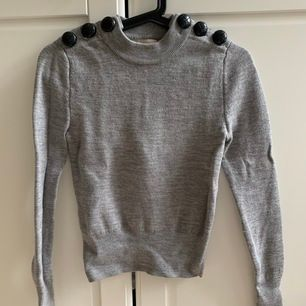 Snygg tröja i 100% ull från H&M trend i storlek XS. Snygga stora knappt på axeln. Lite kortare modell. 🤩