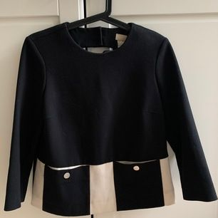 Snygg blus / tröja från H&M trend. Svart och vit i 60-talsstil. Knappt fram! Bra skick, sömmen nertill har gått upp lite med har det syns inte🤗