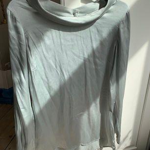 Vacker blus i 100% silke med nypris 1800 kr från märket Stenströms. Vacker krage och knappt i bak, färgen är isblå😍😍 Bra skick!