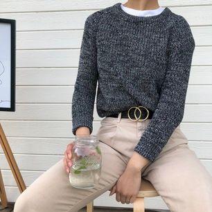 grå stickad tröja från american apparel i storlek s och normal i storleken. använd sparsamt! modellen är 164 cm lång.