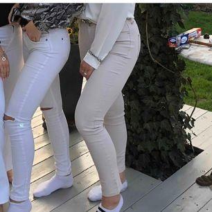 Vaxade vit-beiga jeans från Mango. Byxorna är skinny, men från och med vaden går de rakt ner. Sitter snyggt rumpan. Frakt tillkommer!