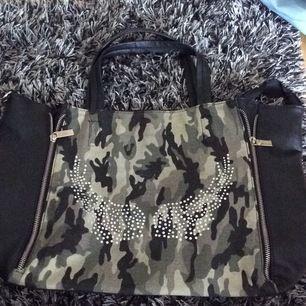 Coll väska med militärmönster, mycket bra skick! Köparen står för frakten!☺️