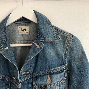 Lee jeansjacka i storlek S. Köparen står för frakt.