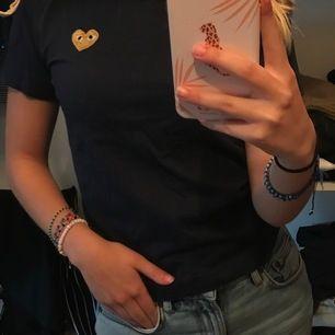 Jättesnygg mörklblå cdg PLAY t-shirt med guldiga hjärta. Sitter jättefint och bra och är i bra skick men använd tyvärr aldrig längre. Köparen står för frakten ❤️
