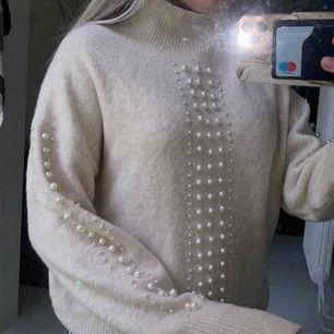 Stickat tröja med pärl detaljer!!