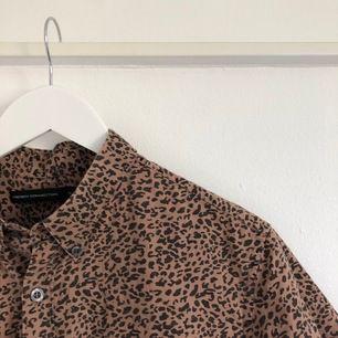 Kortärmad leopardskjorta i storlek M. Köparen står för frakt.