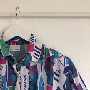 Mönstrad skjorta i storlek 36. Köparen står för frakt.