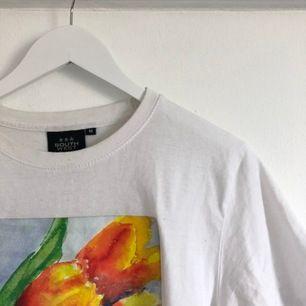 T-shirt med tulpaner, storlek M. Köparen står för frakt.