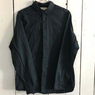 Mörk grön & mörk blå randig skjorta i storlek M. Köparen står för frakt!