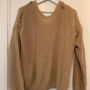 Beige stickad tröja från NA-KD i storlek S. Använt några gånger men känner att den är något stor på mig så har ej använt på länge. Dessutom insåg jag efteråt att jag tog fel storlek.