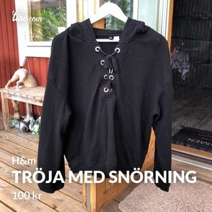 Pösig hoodie med snörning fram den har även luva stl M ifrån H&M   Skickad med sårbar frakt som INGÅR