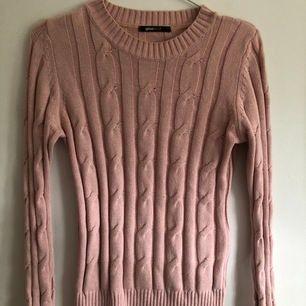 En rosa, jättefin långärmad tröja från Gina tricot💞💞 endast använd ett fåtal gånger❣️ strl: xs säljer den för 150kr + frakt men vill bara bli av med den så snabbt som möjligt så vid snabb affär kan man få den lite billigare🥰🥰