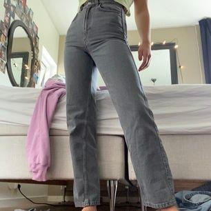 Gråa jeans från weekday, har inte använt dom så i helt nytt skick✨✨ 600 nya så buda!! Fråga om fler bilder om du vill ha!!