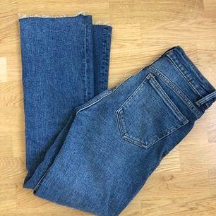 Super fina kick flair jeans från zara, använda endast en gång så i jätte bra skick! Köparen står för frakten