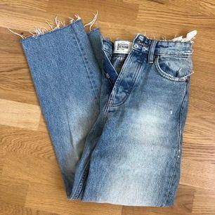 Ett par snygga blåa jeans från zara med lite slitningar och hög midja. Använda ett fåtal gånger så i jätte bra skick. Storlek 32 men passar mig som är en 34. Köparen står för frakten!