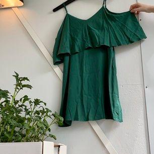 Grön offshoulder klänning med axelband, köpt på Monkey. Banden är lite slitna (se bild 2 & 3) Frakt tillkommer