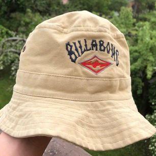 Ännu en AS COOL hatt, beige och från märket Billabong, tror dock att den är fake men ändå jättefin🤩🤩ÖNSKAR att den hade passat mig med ett big huvud😫 Står ett namn på insidan men det kan lätt strykas över, syns ändå inte när man har den😙