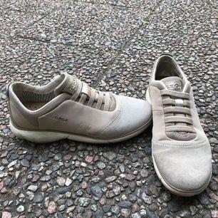 Beiga sneakers från Geox i storlek 36 i mycket bra skick!