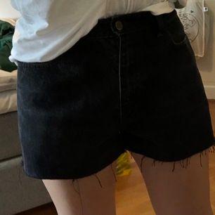Ett par svarta shorts från betond retro! Aldrig använda av mig, passar allt ifrån xs-m beroende på hur man vill att de ska sitta. Skriva för mer bilder!