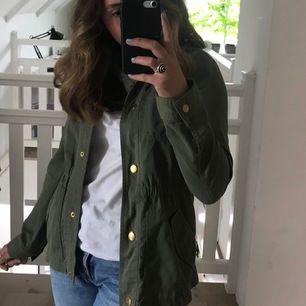 Säljer denna gröna jacka från abercrombie fitch i storlek 13/14 år men passar utan problem XS. Knappt använd och fin kvalite🌸✨ passar perfekt nu till våren/sommaren. nypris: 550 kr