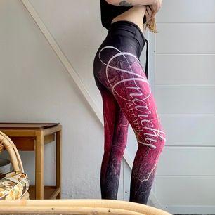 🌸Snygga träningsbyxor/leggings från Anarchy apparel. Använda ett fåtal gånger. Stretchiga och går att snöra åt. Frakt inkluderat i priset🌸