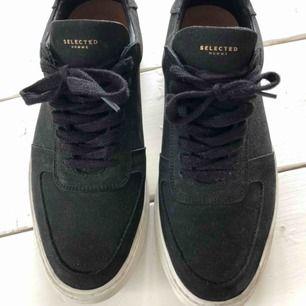 Säljer ett par skor från Selected Homme i storlek 44. Köptes för 3 veckor sedan från NLY man och nypris 1300kr. Budgivning godtas (Helsvarta)
