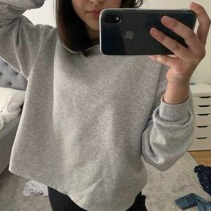 Grå croppad sweatshirt, köpt på primark. har en mysig liva. Passformen är en Xs/S.