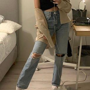 Säljer dessa sjukt coola fina jeans från h&m som är helt slutsålda. Dem är använda men de är i sjukt bra skick! Strl 32 men passar 34 också! Skicka om ni undrar något✨❤️ frakt tillkommer. ⚠️BUDGIVNING⚠️