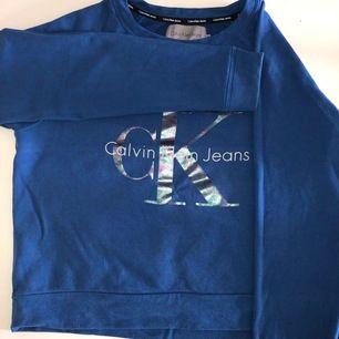 Calvin Klein sweatshirt i storlek M, sparsamt använd