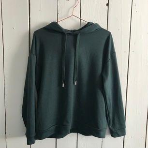 Oanvänd mörk grön hoodie, storlek S. Köpare står för frakt!