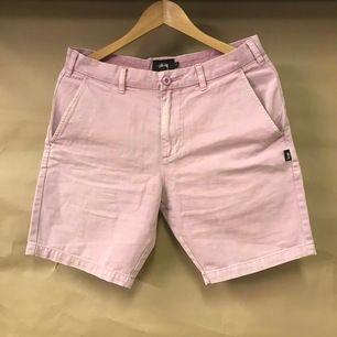 Skit coola och snygga rosa stussy shorts. Öppen till frågor samt bud! Köpare står för frakt såklart💞