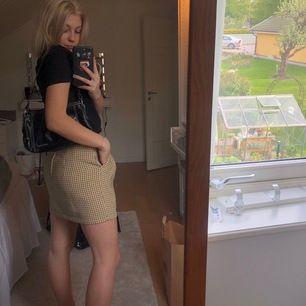 En jättesöt gul-rutig kjol! Storlek 36 men skulle säga passar både 34,36 då den är stretchig upptill☺️ Så fin till sommaren💕💕💕Frakten ingår EJ i priset! Skriv om ni har frågor