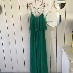 Jättefin långkläning i härlig grön färg! Använd en gång, den är i storlek 36. Frakt inräknad i pris.