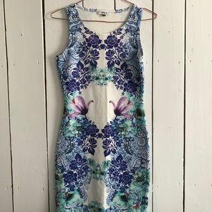 Jättefin mönstrad klänning, väldigt skön i materialet! Storlek S. Frakten inräknad i priset.