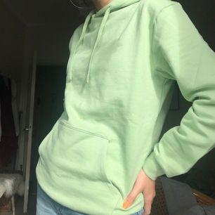 Super snygg mintgrön hoodie från Cubus. Gjord av organic cotton därmed super skönt tyg! Helt oanvänd, dock testad med prislapp kvar. Den är XS men mer S enligt mig, säljer pga för stor. Original pris 300kr och säljer nu för 200kr + frakt!❤️
