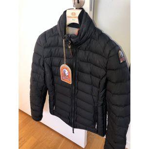 Säljer nu denna svarta Parajumper-jackan i STORLEK: S. Köptes januari 2019 för 4.100kr på Parajumpers egna hemsida, säljer den nu för 2000kr.
