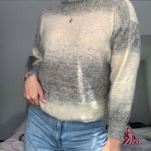 supernajs tröja i fina färger. Säljer pga att den inte kommer till användning. I storlek S men passar både xs o m. Superfin till ett guldigt halsband tillexempel🤩