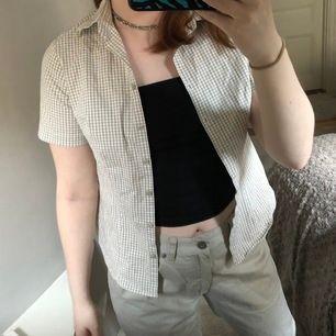 En super gullig grön och vit rutig skjorta, Köpt second hand men inte använd p.g.a. Att den är för liten:( Är lite Brandy Melville insperear och perfekt nu till sommaren😍