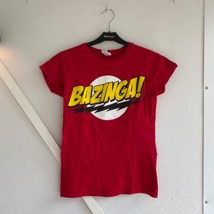 T-shirt med motiv från the big bang theory ;) Säljer pga för liten storlek. Frakt tillkommer 🌏 💥💥