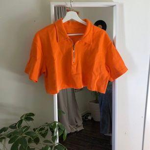 Superfin croppad skjorta från humana som använts en gång:) i stl S/M beroende på hur du vill ha den! Köparen står för frakt🦋