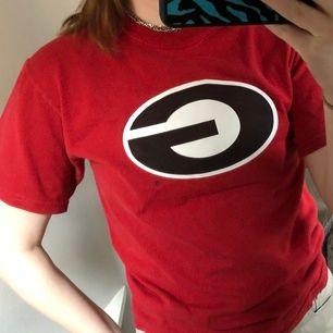 En röd T-shirt köpt second hand men inte används, perfekt till sommaren eller bara att mysa i💕