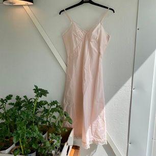 Superfin vintage negligé/underklänning. Idag kan den användas till natt/morgonklänning🌸 Köpt i en vintage-butik. Säljer pga för liten för mig :( Frakt tillkommer 🌸
