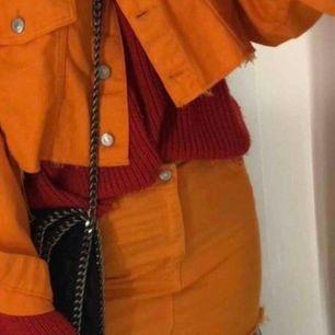 Orange jeans jacka med tillhörande kjol i storlek S. Knappt användt. Frakt tillkommer om det så behövs skickas.