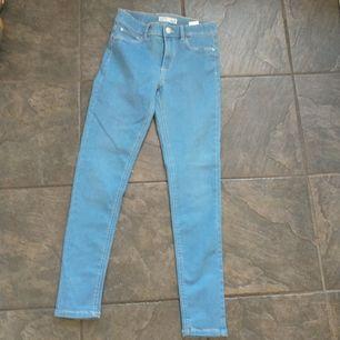 Ett par aldrig använda jeans, betalning sker genom swish. 📦 Tillkommer. Swisha först frakten. (Du får tillbaka fraktpengarna om något går fel). Inga returer :) hör av er om ni har flera frågor!