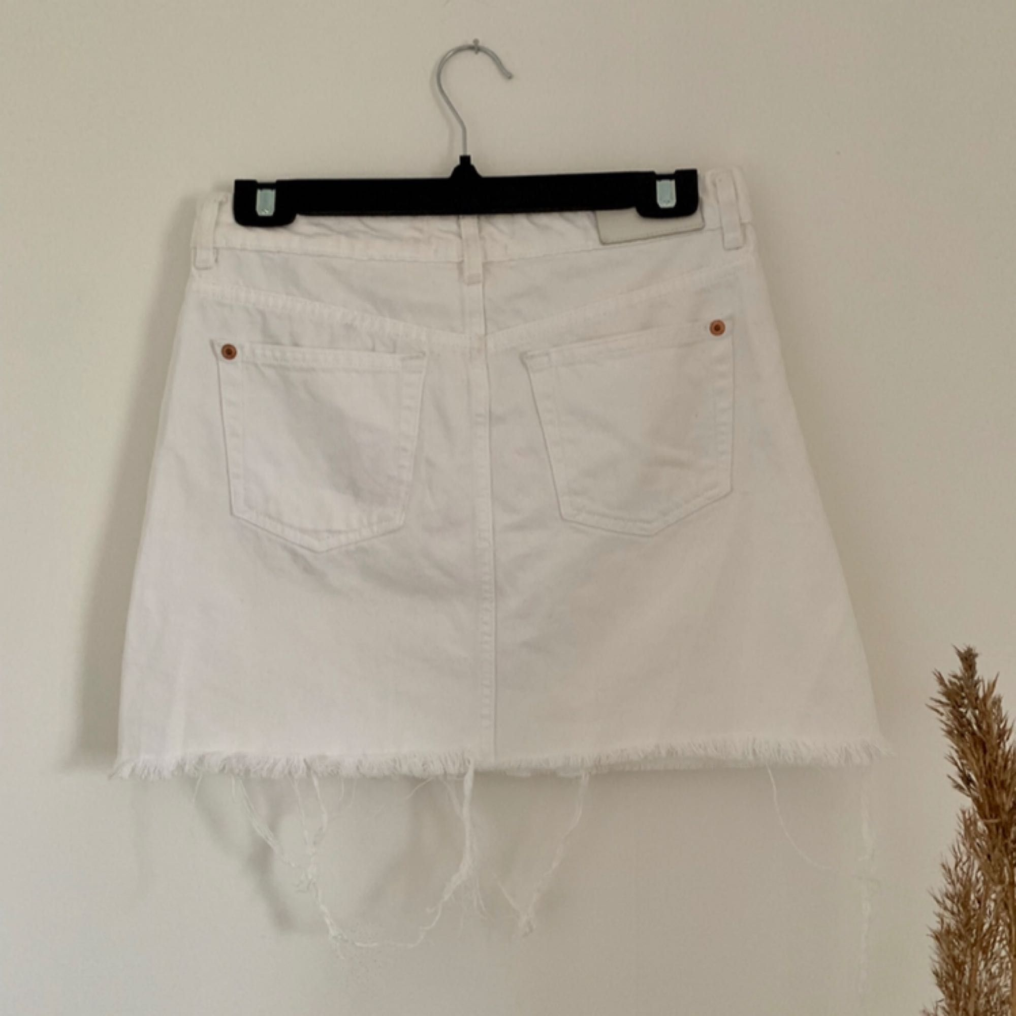 Så fin vit jeanskjol från Mango. Har en liten fläck som man kan se på sista bilden, dock väldigt liten. I fint skick!!  Köparen står för frakten!!. Kjolar.
