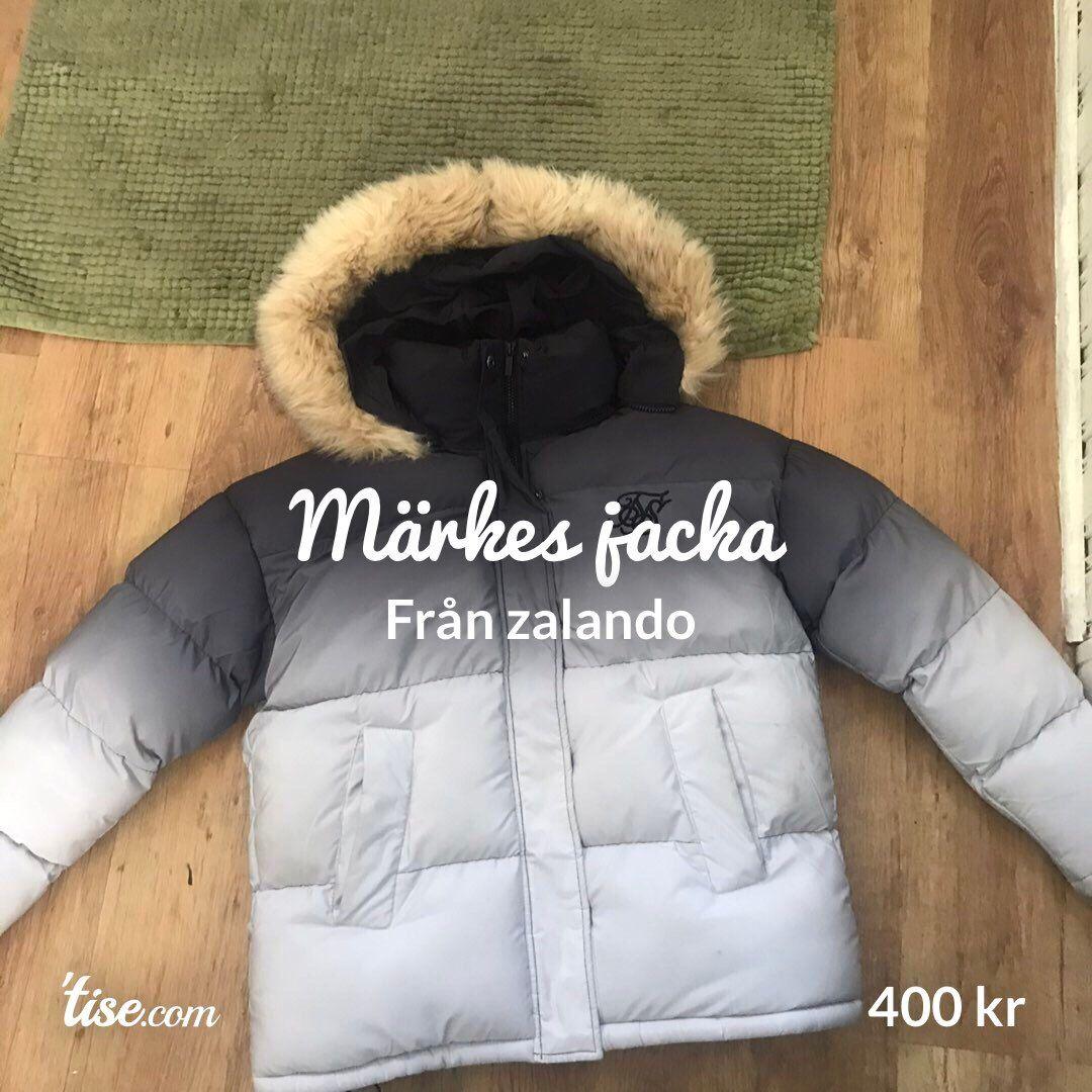 Jätte bra jacka fin dock en ny användes 4 gånger eller mindre jätte bra och skön jacka från zalando köptes för nått med 1200. Jackor.