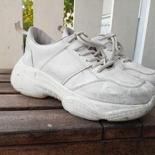 Fina sneakers nu till sommaren! Väl använda med små smutsfläckar men går säkert o tvätta bort. Ena flärpen längst bak trasig
